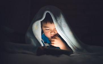Tempo de tela influencia no risco de ansiedade e depressão entre crianças e adolescentes