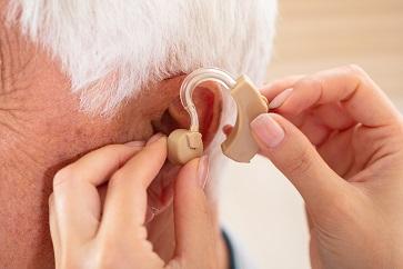 Perda auditiva pode aumentar o risco de depressão em idosos