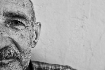 Sintomas de transtornos psiquiátricos podem indicar casos de Alzheimer, diz estudo